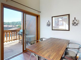 NEW LISTING! Lofty condo w/ deck, mountain views & jetted tub - 300 feet to lift
