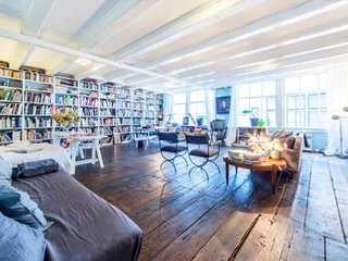 SPACIOUS LOFT in 17C CANAL MANSION