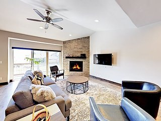 Stylish 4BR Newly Furnished, Viking Appliances, Ping-Pong & Private Hot Tub