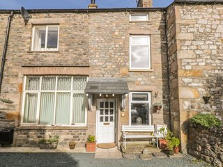 OLD FARM COTTAGE, character cottage, electric stove, off road parking, in Kirkby