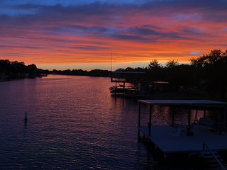Special! Book 3 nights, 4th night free! Best spot on the Lake LBJ!