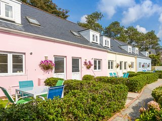 Enjoy a short-break in lovely cottage by stunning cliffs & bays