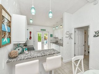 Newly remodeled with beach and Pool Access!! -Crescent St. Perlita.