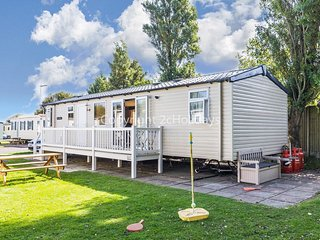 8 berth caravan at Hopton Haven Holiday Park, in Great Yarmouth. REF 80052SR