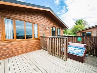 Skylark Lodge with Hot Tub near Cupar, Fife