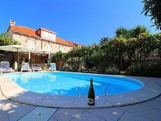 Villa Captain's Home - Four Bedroom Holiday Home with Terrace and Swimming Pool