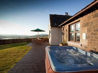 Rowan Tree Cottage with Hot Tub near Cupar, Fife
