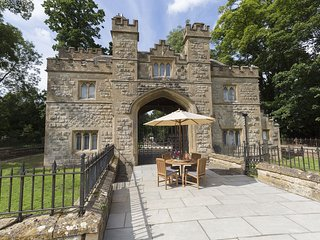 Castle Gatehouse, dog friendly; Sudeley Castle, Cotswolds - Sleeps 4, Dog Friend