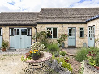 The Dingle; dog friendly, Cotswolds - Sleeps 12+4, Walks and Cycling on your Doo