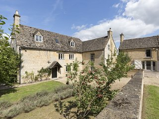 Almsbury Farmhouse, Sudeley Castle, Dog Friendly, Cotswolds - Sleeps 12+2, Dog F