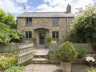 Five Bells, Bledington, Cotswolds - Sleeps 2, walks on doorstep