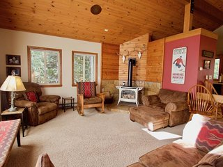 Spacious home w/ fireplaces, deck & gas grill - walk downtown, dogs OK!