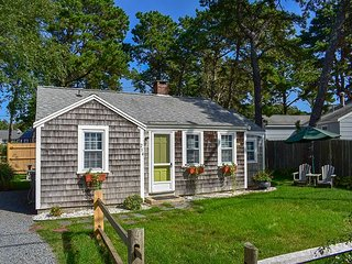 Three bedroom cottage-Only .2 miles to Sea Street Beach
