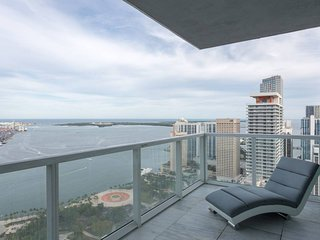 48th floor Deluxe & Stylish Condo Steps to Bayside