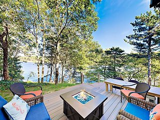Idyllic Waterfront with Gorgeous Views, Kayaks & Firepit