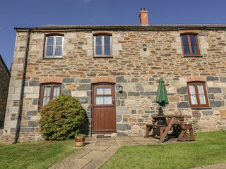 CLOVER COTTAGE, open-plan, farmland, near Bodmin