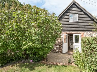 THE OLD WORKSHOP, pet-friendly, character holiday cottage, with a garden in Pick
