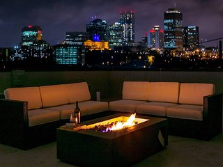 FAME House ★ Downtown ★ Skyline View ★ Rooftop Deck!