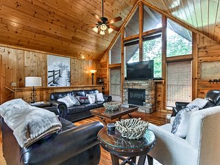 Spacious Cabin w/Private Hot Tub: 1Mi to Dollywood