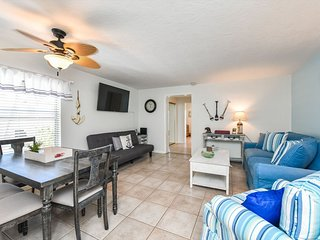 Fully renovated 2 bedroom 2 bath just a 1/2 block from the beach!!-The Anchorage