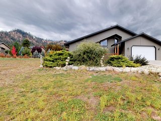 Lovely home on 1 acre w/ private hot tub - near downtown Leavenworth & Ski Hill!