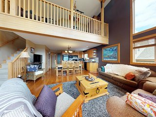 Sleeps 18–Ski In/Out + 3 Bedrooms + Loft + 2 Baths + Private Hot Tub + 2 Parking