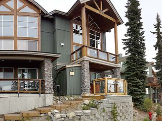 Sleeps 16–Ski In/Out + 3 Bedrooms + Loft + 2 Baths + Private Hot Tub + 2 Parking