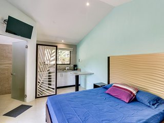 Modern suite with shared pool, kitchenette, near beach, dining, shopping