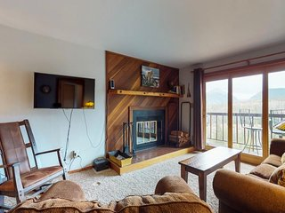 NEW LISTING! Mountain view condo w/ balcony, shared pool & hot tub - near skiing