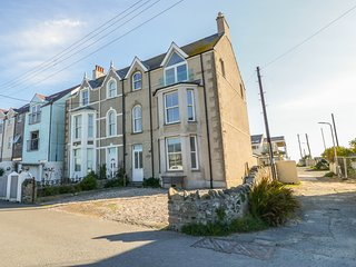 1ST FLOOR FLAT, sea views, spacious, in Rhosneigr