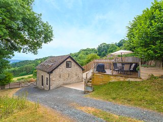 BISHOP'S CASTLE BARN, detached, hot tub, parking, elevated decking, in Bishop's
