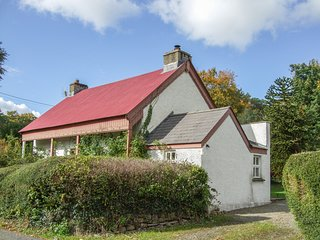 DERRY COTTAGE, woodburner, country location, WiFi, Grade II listed, near