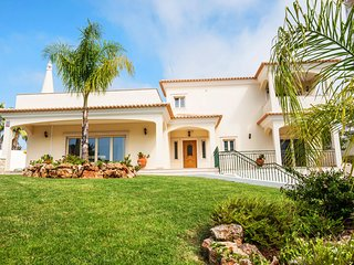 STUNNING VILLA, SEA VIEW, AIR COND, WI-FI, PRIVATE HEATABLE POOL & GAMES ROOM