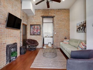 1 BR Condo #B on Magazine street by Hosteeva