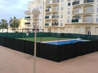 Apartamento de 2 dormitorios cerca de la playa, con garaje. Vigilancia 24 h.