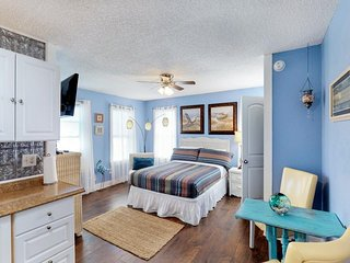 Cozy dog-friendly studio only steps from the Seawall - free WiFi!