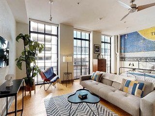 NEW LISTING! Retro, studio loft apartment w/kitchen-in the heart of downtown