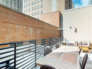 NEW LISTING! Bright, loft apartment w/shared rooftop patio in heart of downtown