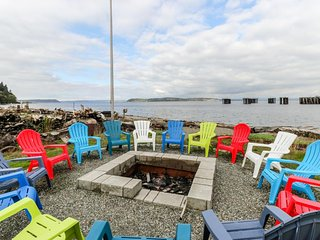 NEW LISTING! Beautiful waterfront home with gorgeous views - dogs ok!