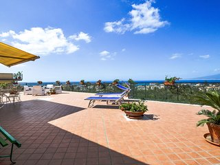 Beautiful and bright apartment LA CASA DI DANA with private terrace and sea view