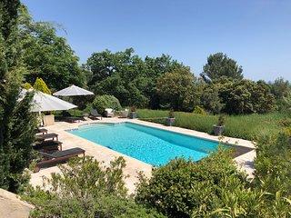Luxury elegant farmhouse in the Luberon with breathtaking panoramic views
