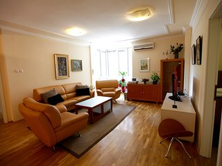YELLOW APARTMENT /Home Delux macedonian square