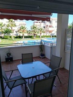 Amplia terraza con acceso directo a la piscina, pádel y jardines