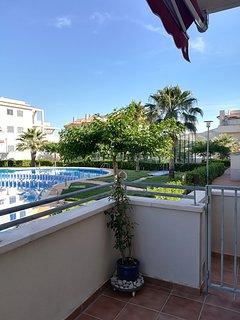 Vistas a la pista de padel, piscina y jardín desde la terraza