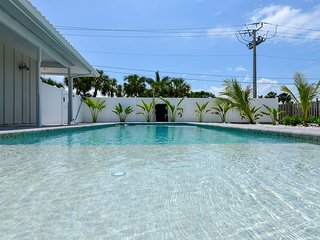 SIESTA KEY, PRIVATE PARADISE ON THE WATER, STEPS AWAY FROM SIESTA KEY BEACH !
