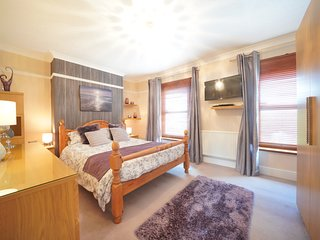 Large King Sized Master Bedroom-TV (access to house Netflix), DVD, Hairdryer & ample wardrobe space