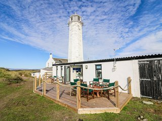 THE HIDE, beautiful garden, summer house, lighthouse views, in Barrow-in-Furness