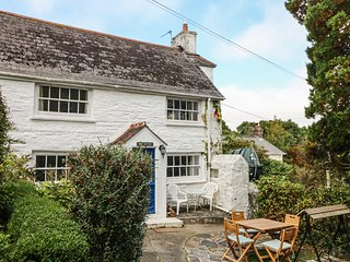 BLUE COTTAGE a traditional cottage, takes a pet, pretty garden, close to the