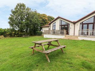KEEPERS COTTAGE, open plan living, WIFI, decking with sea views, Ref 954772