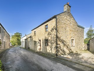ELLWOOD HOUSE, 18th century character cottage, open-plan, BBQ, in Caldbeck, ref:
